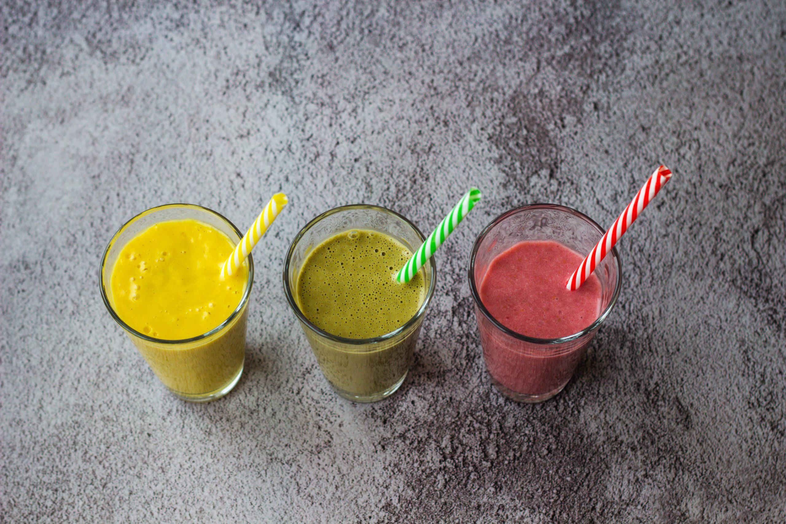 Trys kokosų pieno kokteiliai