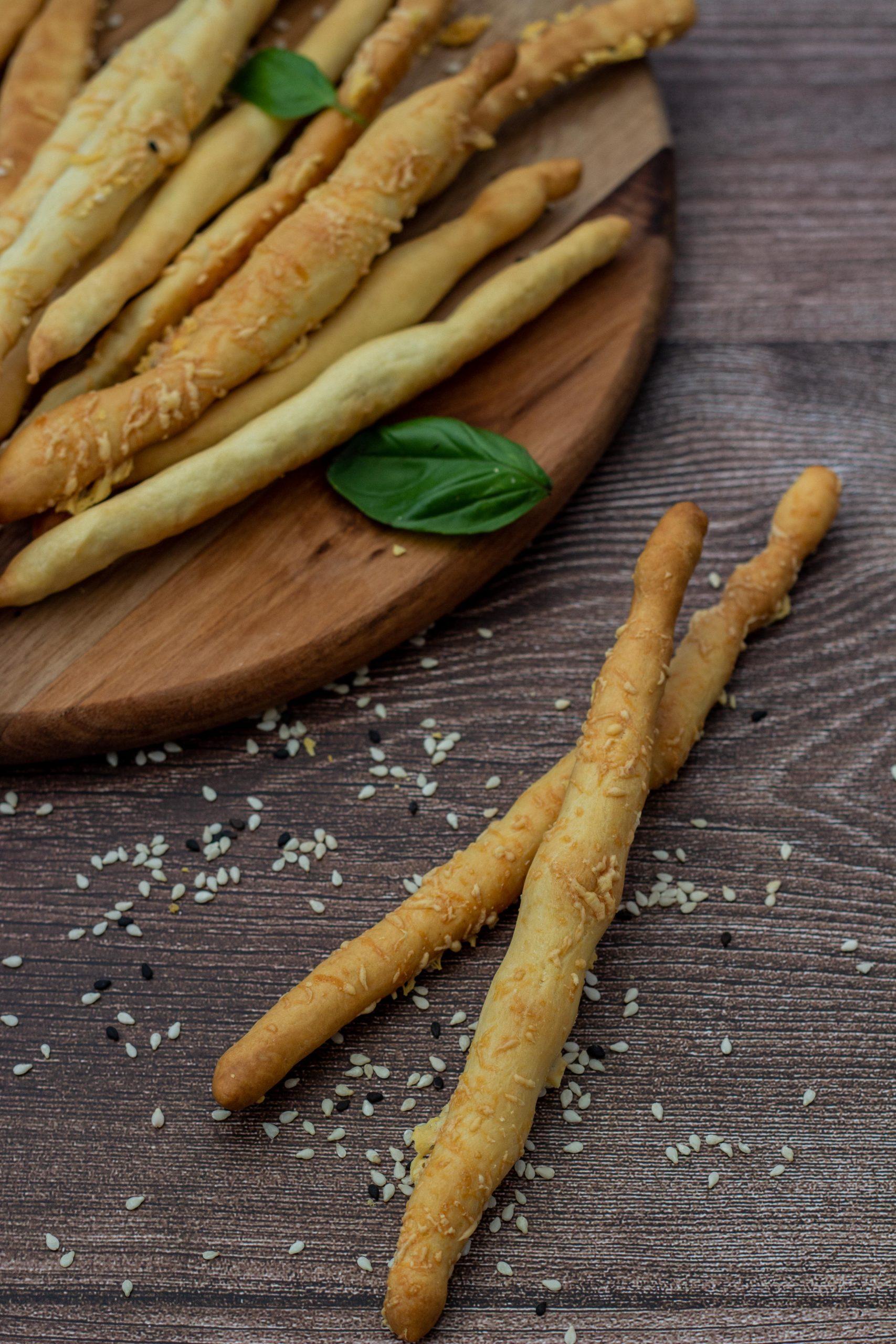 2 receptai duonos lazdelės ir medaus padaže marinuotos alyvuogės