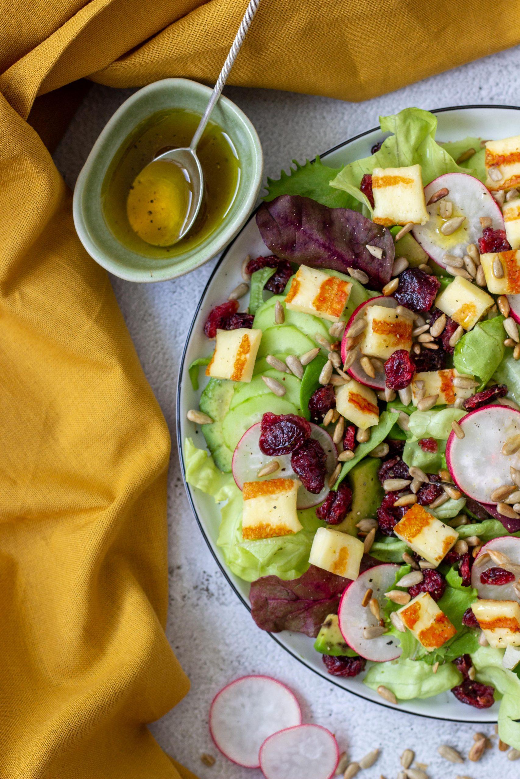 Salotos su Halloumi sūriu ir džiovintomis spanguolėmis