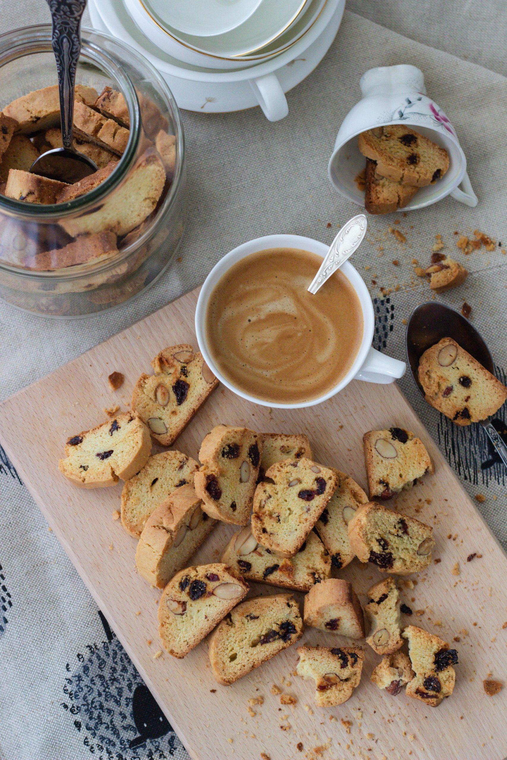 Biscotti su kokosų aliejumi, migdolais, razinomis ir spanguolėmis