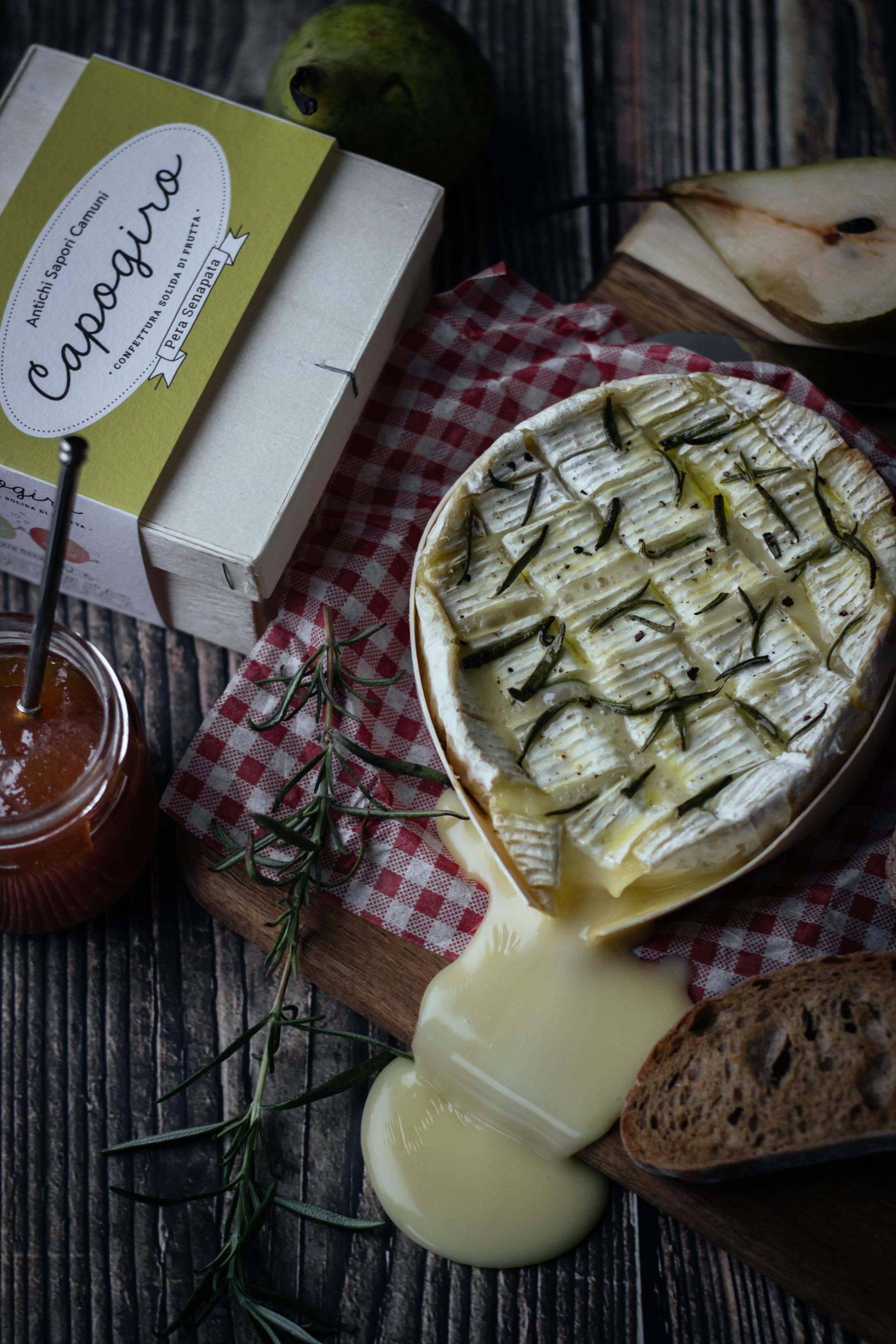 Keptas Camembert sūris su kriaušių-garstyčių pagardu