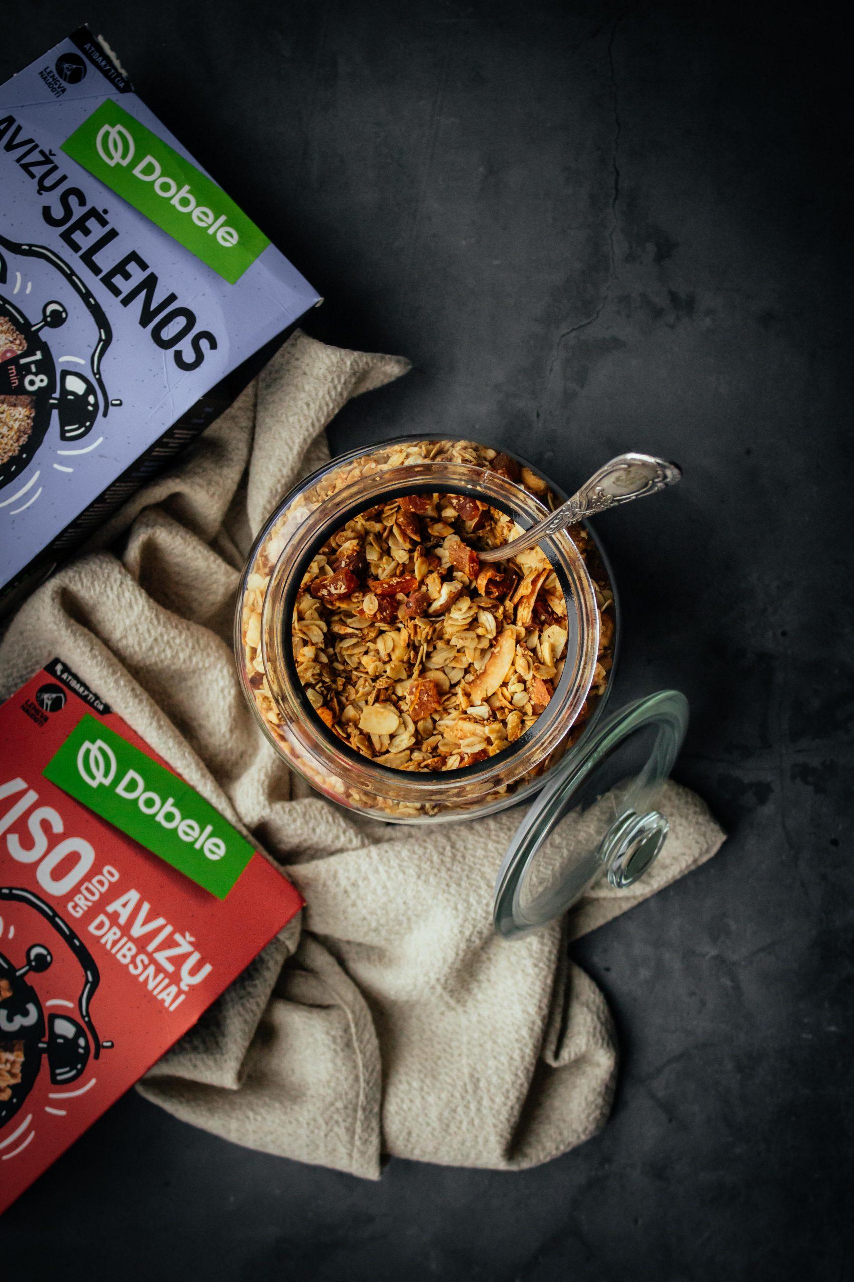 Kokosinė granola su avižų sėlenomis ir abrikosais