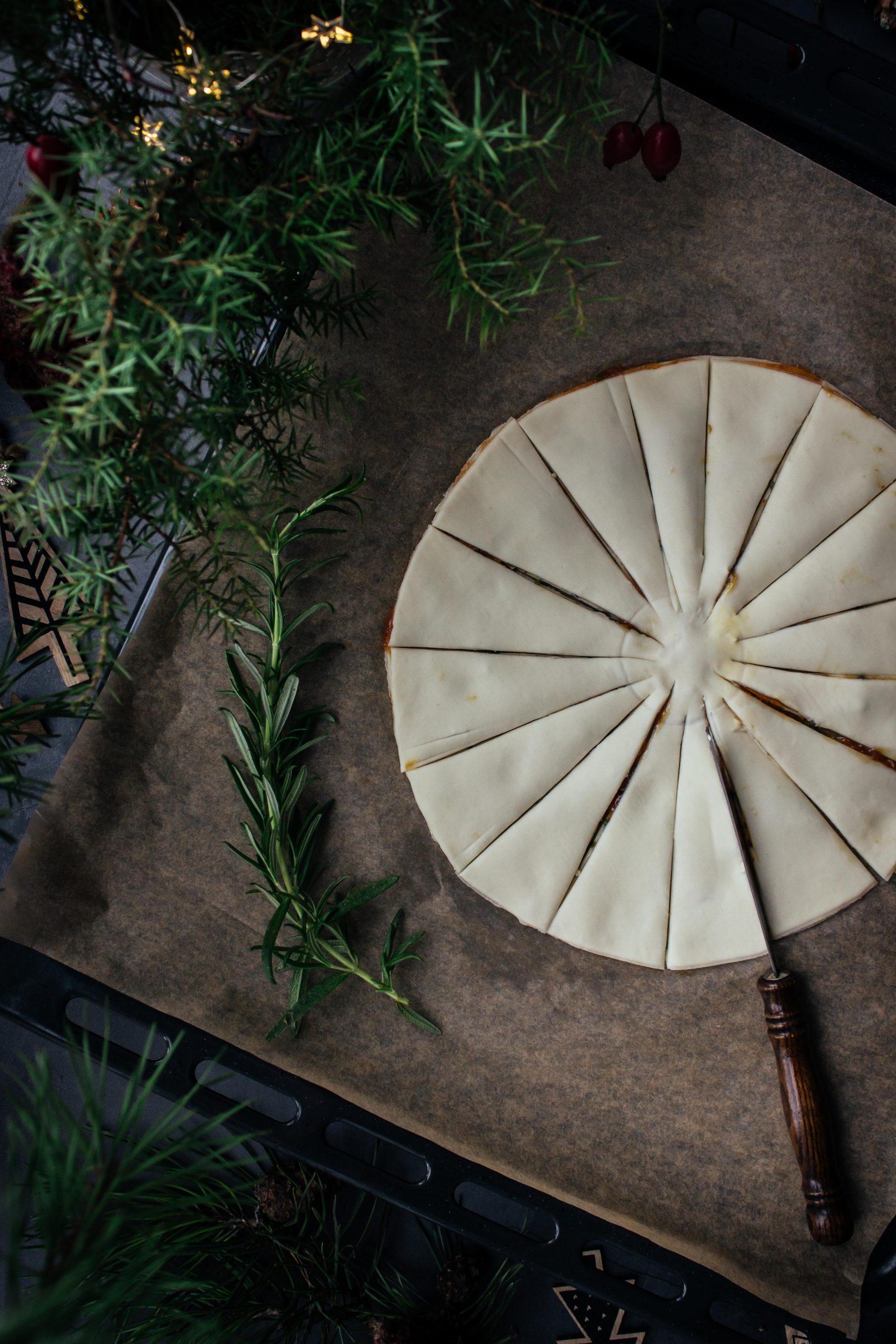 Sluoksniuotos tešlos eglutė su figų tyre ir rozmarinais
