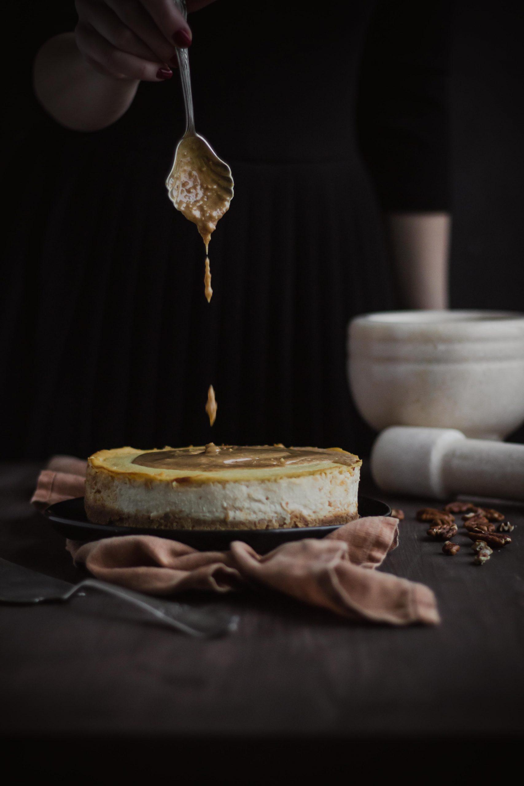 Keptas marcipaninis tofu sūrio tortas su riešutų karamele ir pekaninių karijų bei marcipano trupiniais