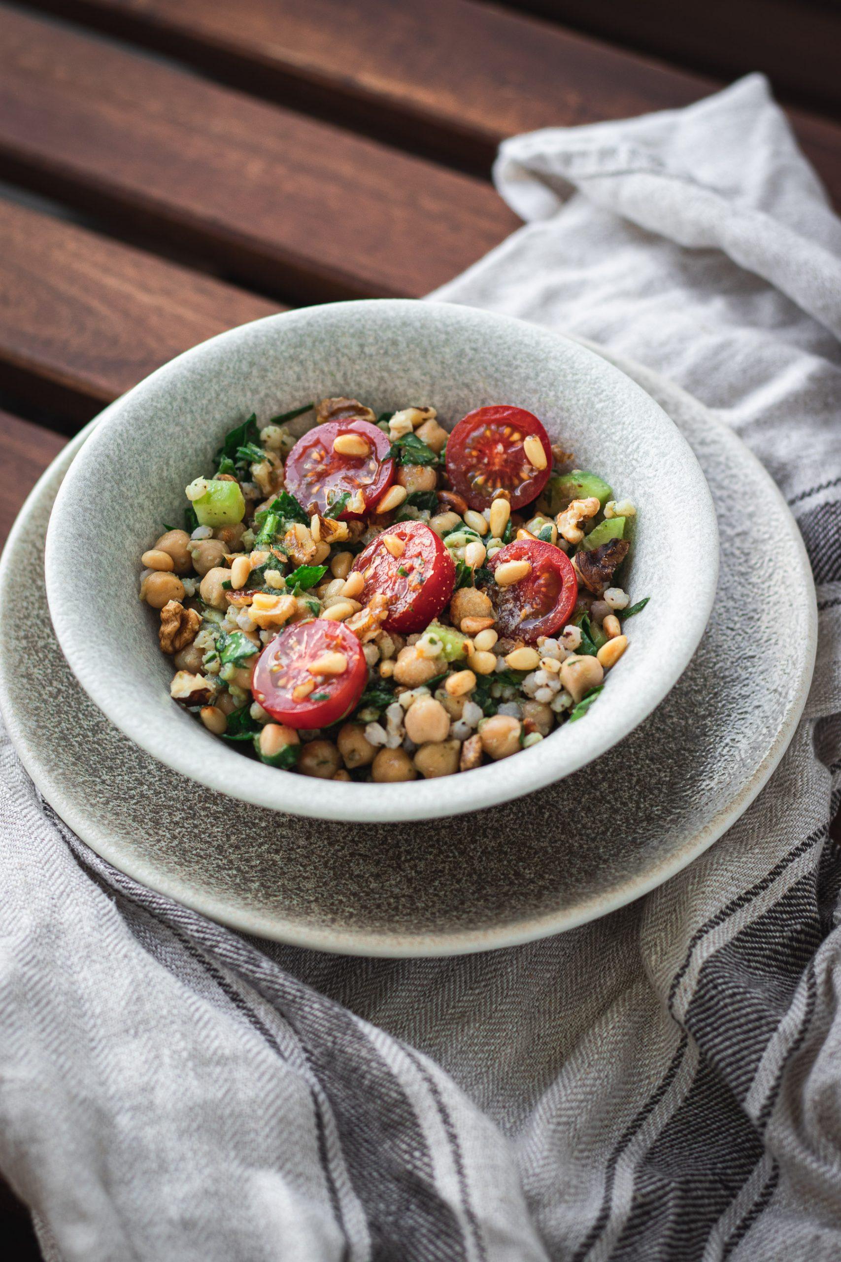 Maistingos salotos su avinžirniais ir sorgų kruopomis