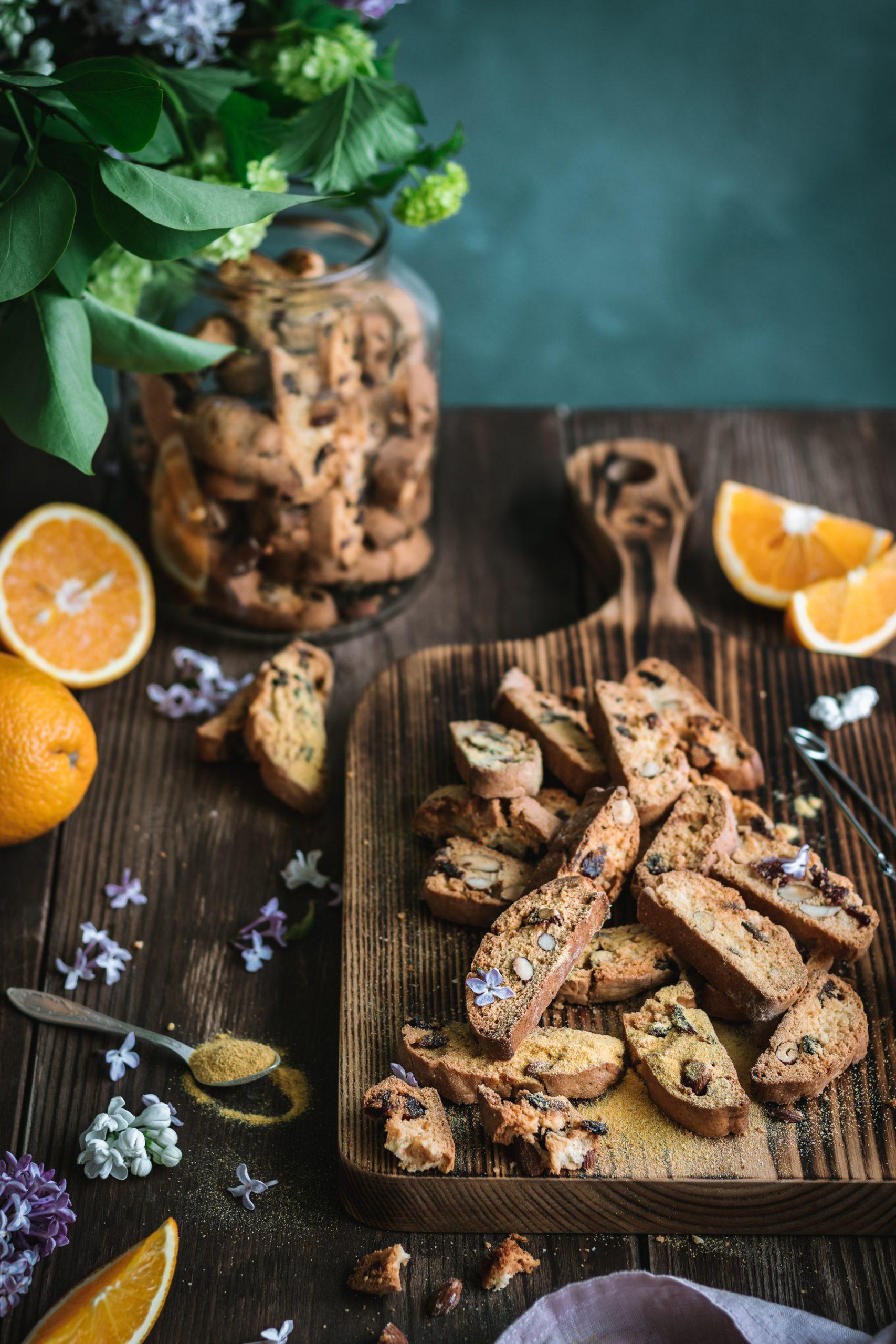 Biscotti su migdolais, spanguolėmis ir apelsinų žievelėmis