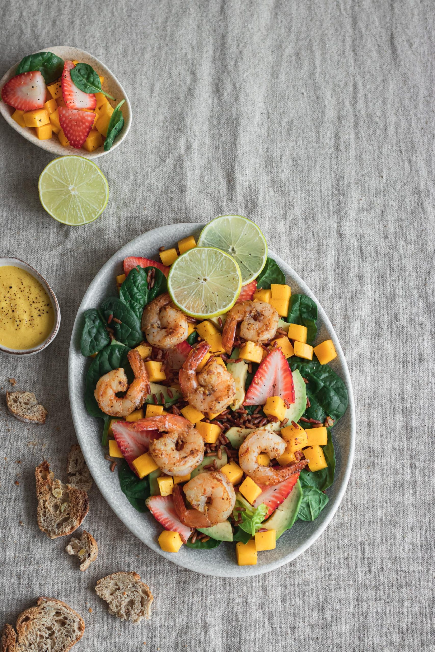 Gaivios salotos su krevetėmis, ryžiais ir mango padažu