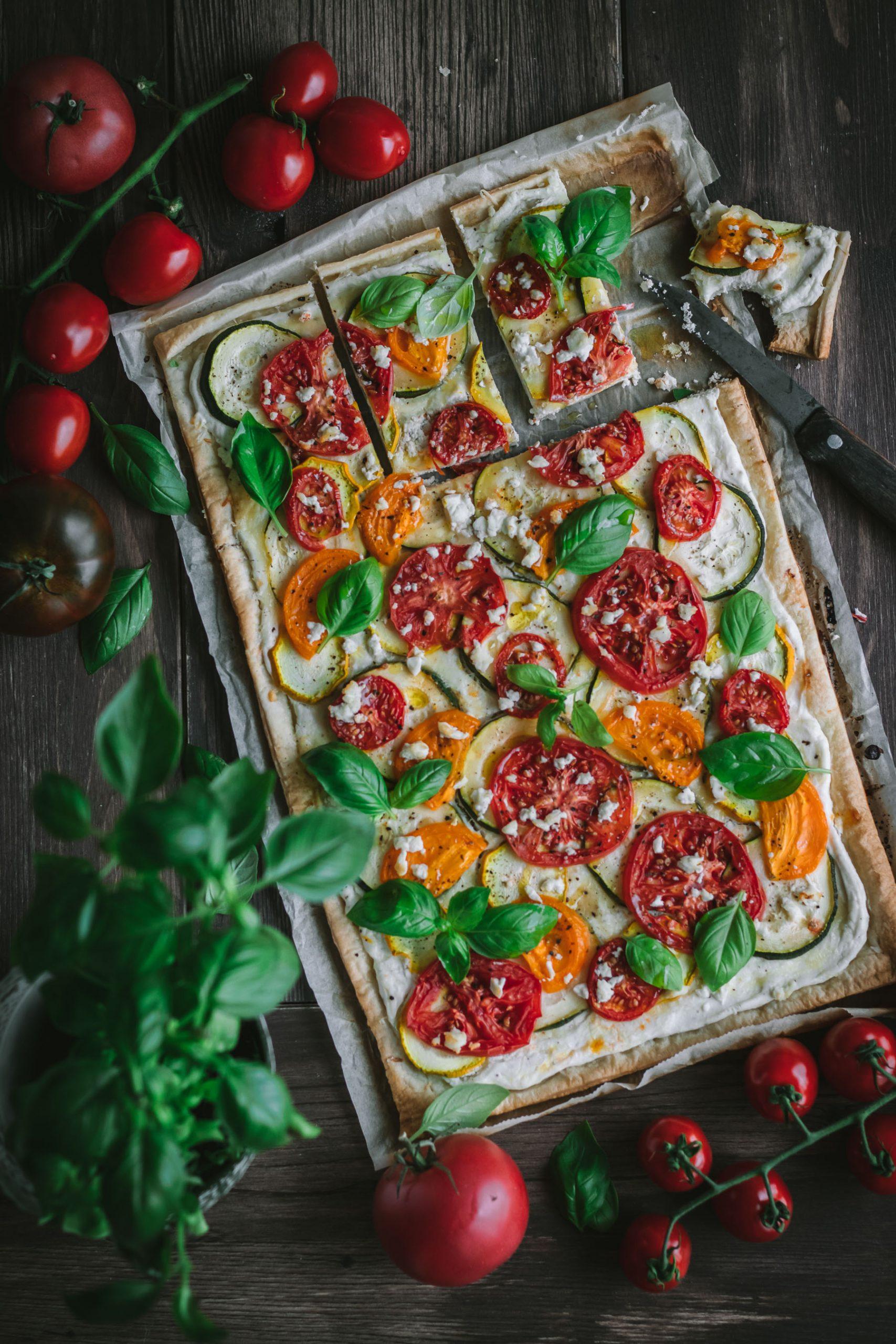 Nesaldus pyragas su cukinijomis, pomidorais ir fetos kremu